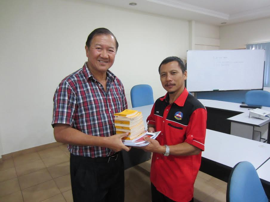 The REAP Sabah evangelists were given resources for their work of evangelism.